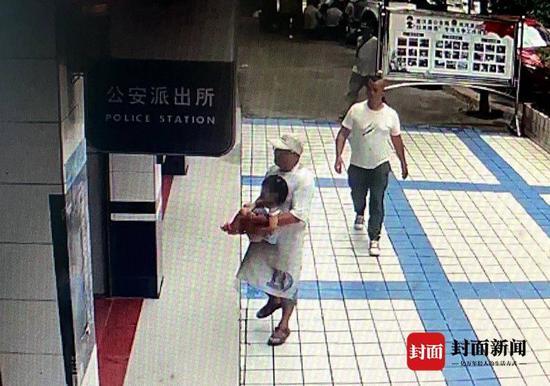 货车司机抱着女孩到派出所报案