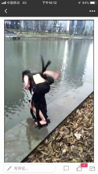 郝中友跳水的瞬间