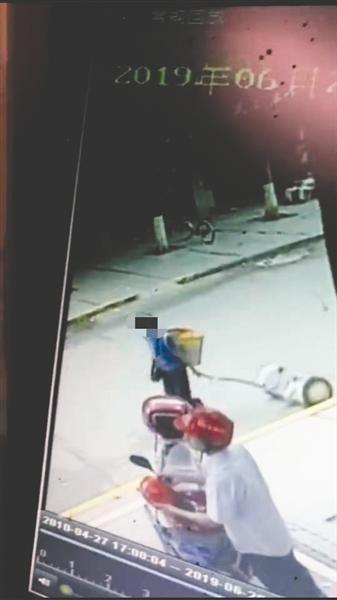 监控显示,杨阿姨拖走了平衡车