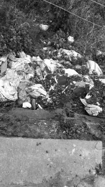 斜坡上布满垃圾