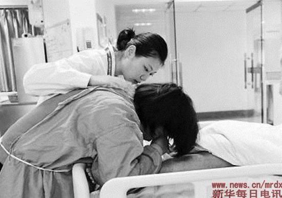 器官捐献协调员薛瑾在安慰捐献者的家属。受访者供图