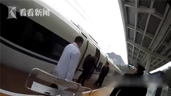 67岁女乘客突然昏迷 高铁列车为她临时停靠2分钟