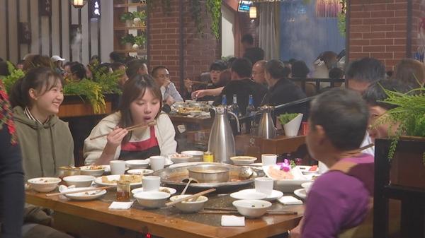 泸州泸县餐饮业呈现冰火两重天:火锅店火 酒店餐饮遇冷