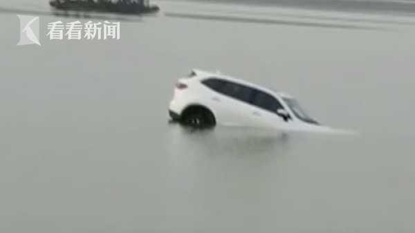 夫妻因琐事吵架 男子将自家车推下江后就走了