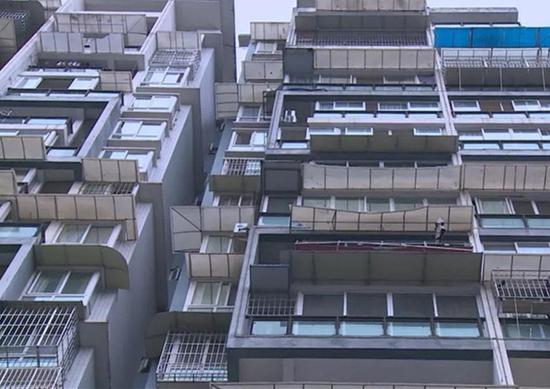 吓人!乐山城区一小区一扇窗户从15楼坠下
