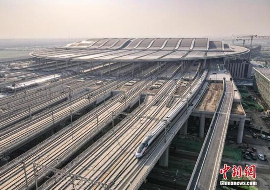 资料图:航拍雄安开往北京西的C2704次列车驶出雄安站。中新社记者 贾天勇 摄
