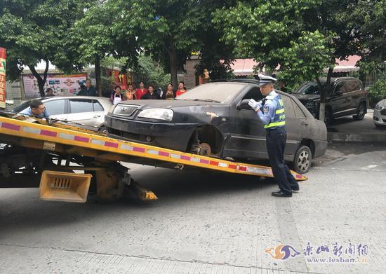 街头僵尸车脏破影响市容 交警依法处理