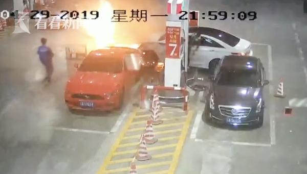 失控车辆撞倒加油机起火 工作人员30秒扑灭火灾