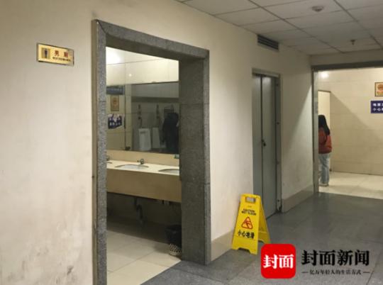 成都东站公厕里镜子正对小便器 网友:设计师请出来聊聊