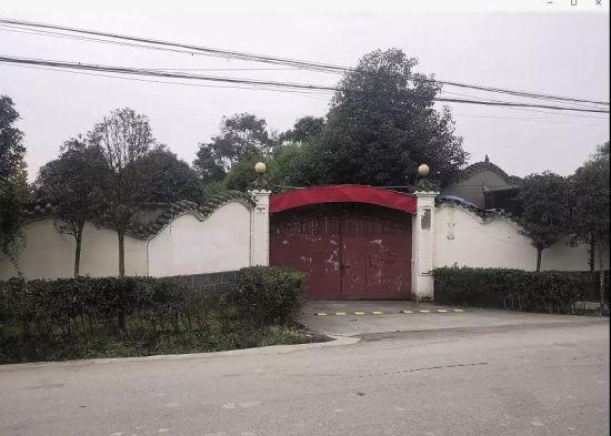 """11月27日,""""嘉年华""""大门紧闭,墙体上的各种宣传标语已被拆除。拍摄者/本刊记者 周群峰"""