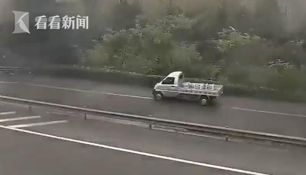 大巴高速停车卸货 接货车倒车下高速被罚