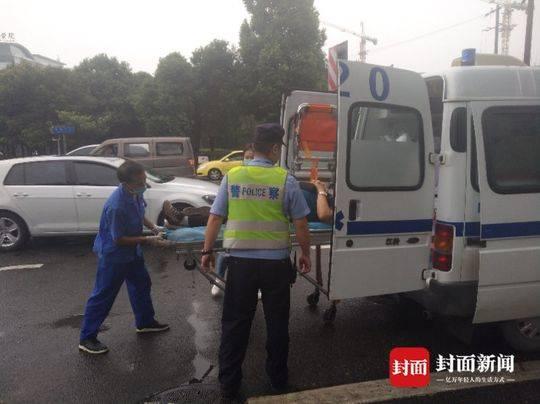 男子雨中骑车摔倒骨折 路过民警托住其头部等救援