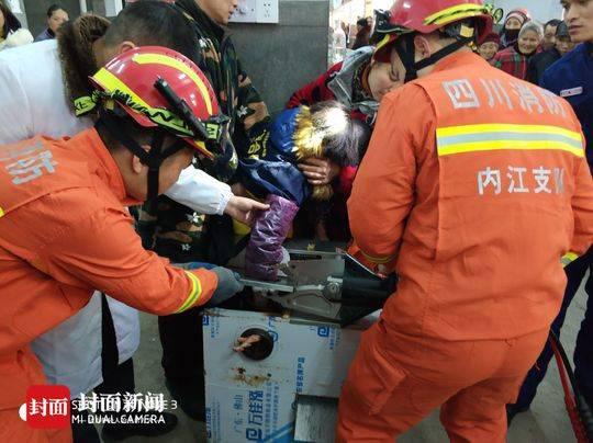 女子灌香肠被绞肉机绞断手掌 消防紧急解救无生命危险