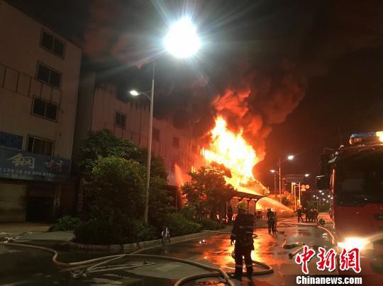 昆明一汽修厂夜间突发大火 现明火已灭无人伤亡