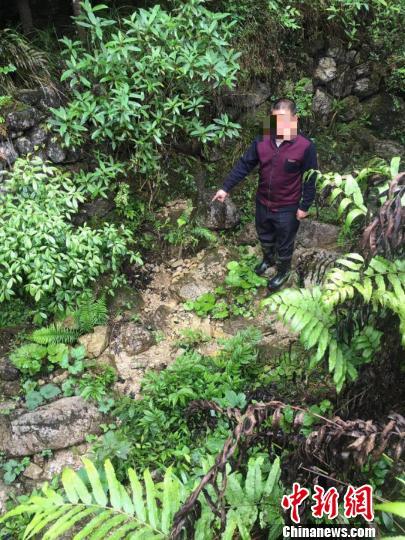 刘某指认排污口。北川警方提供