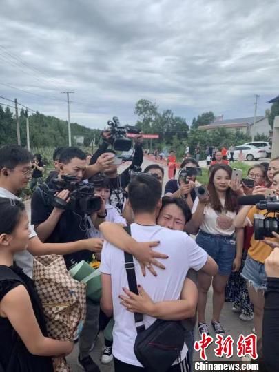 时隔31年,文东再次拥抱亲人。王雷 摄