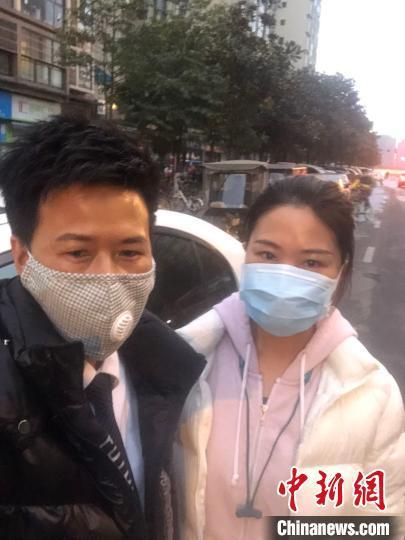 疫情期间,张桂容(左)与接送的医护人员合影。受访者供图