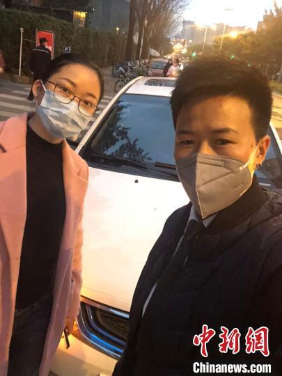 疫情期间,张桂容(右)与接送的医护人员合影。受访者供图