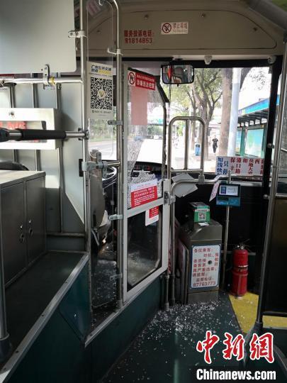 公交车驾驶室安全防护玻璃被打碎。广州警方 供图