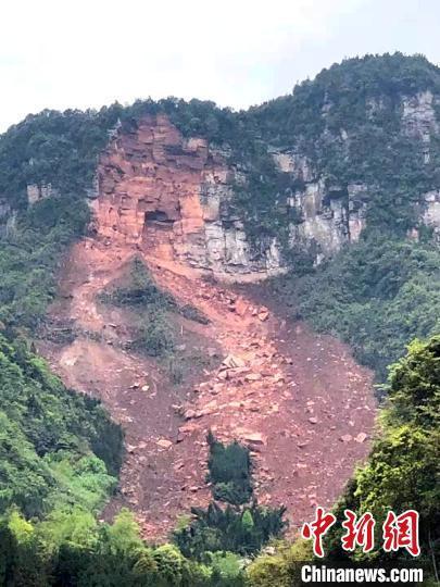 山体崩塌现场。 刘忠俊 摄