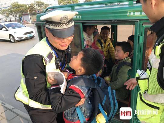 电动三轮车非法载人闯禁行被挡获 里面竟然坐满了6个小学生