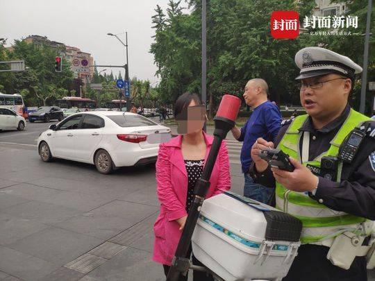 别太依赖导航 晚高峰潮汐街道成都4位萌新驾驶员误入被逮