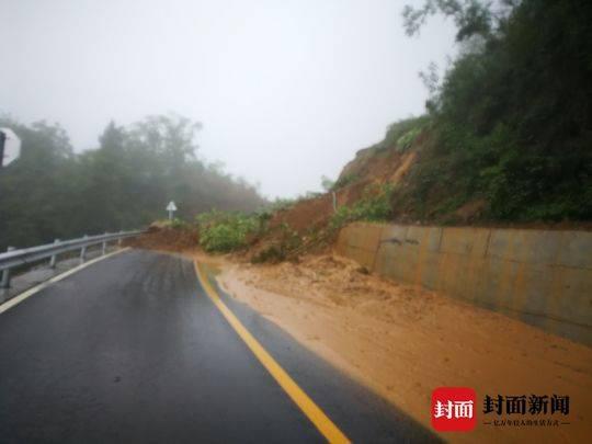 受降雨影响 省道107线北川路段两处塌方