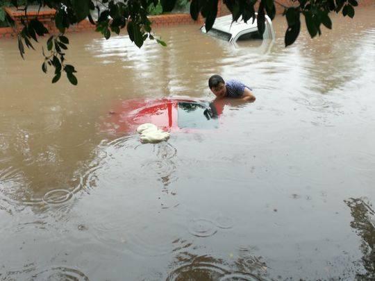 内江大雨来袭 街道上的6辆车遭泡了水