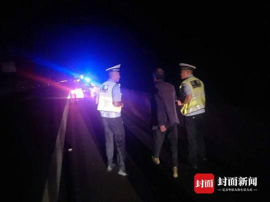 民警在高速公路上找到老人。