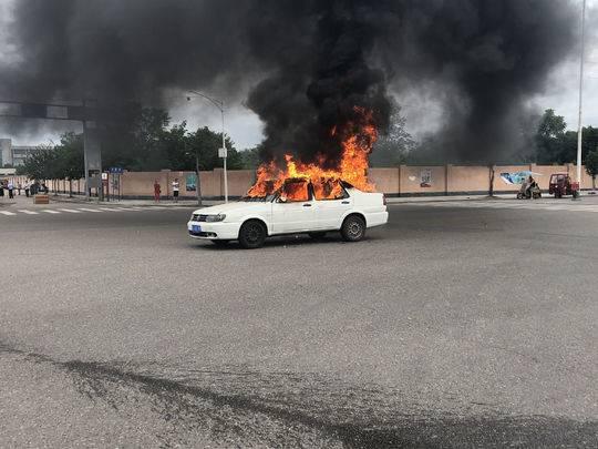 遂宁一轿车行驶途中自燃 消防紧急灭火