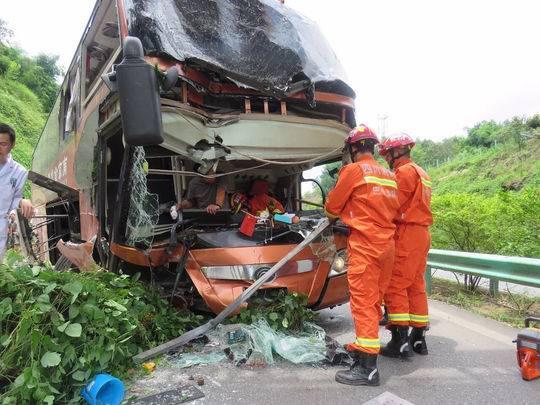大巴车高速路上出车祸车头严重变形 乘客:行驶途中更换司机
