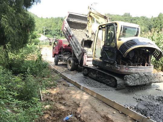 村民反映:扶贫路偷工减料 路面厚度未达到20公分