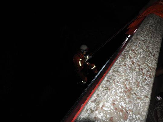 皮划艇翻船3人被困青衣江 消防官兵下降20余米至河面救援