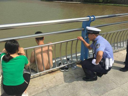 男子因离婚想不开欲半裸跳桥 过路司机记录交警雨中救援