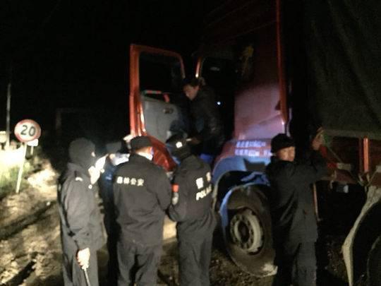 深夜偷运木材 民警追击30多公里查获嫌疑车辆