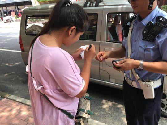 货车乱贴标识要遭 成都交警1小时处罚6辆