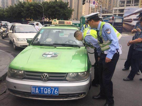 成都联合整治克隆出租 两辆歪出租及司机被逮现行