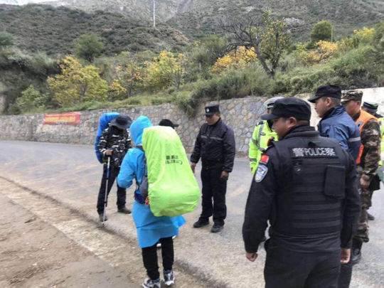 受金沙江堰塞湖影响 巴塘警方在318国道劝返进藏游客