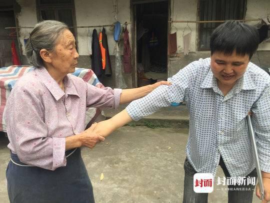 邵学英每天除了照顾3岁的孙儿,还要瘫痪的儿媳单独做饭,帮儿媳翻身、按摩。