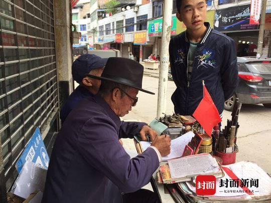 四川78岁乡村写信人:代写书信48年 笔下见证改革开放后乡村巨