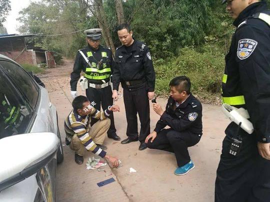 见到交警设卡检查 偷电瓶车男子心虚跳车就跑
