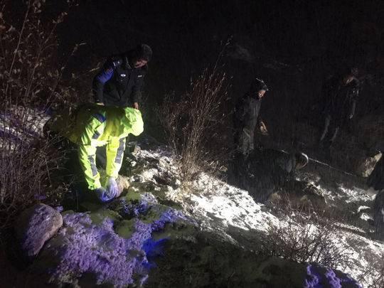 两名游客误入雀儿山被困 民警徒步上山救援