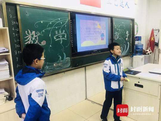 学生上台表演数学故事
