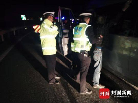两辆严重超载客车上高速被拦停 两名驾驶员均被刑拘