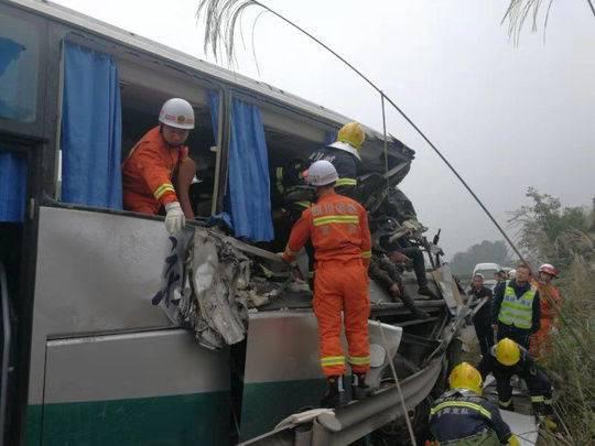 宜泸高速上一客车撞上水泥罐车 致3死4伤