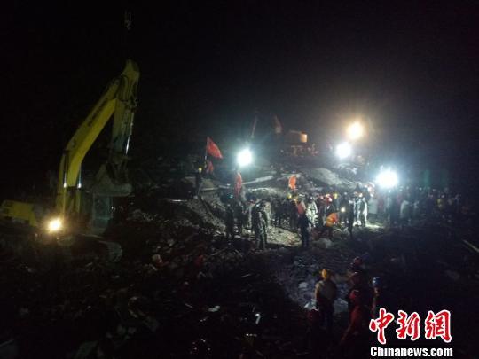 四川叙永县发生山体滑坡致12人被埋 现已救出5人