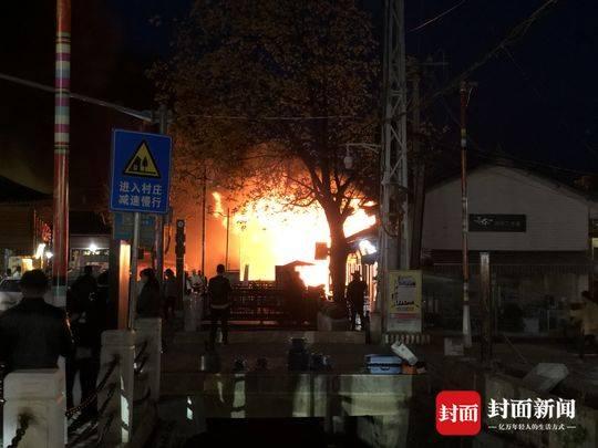 4月11日晚20时许,宁蒗县永宁乡大落水村委会乌马河右岸一排烧烤摊点房屋发生火灾。