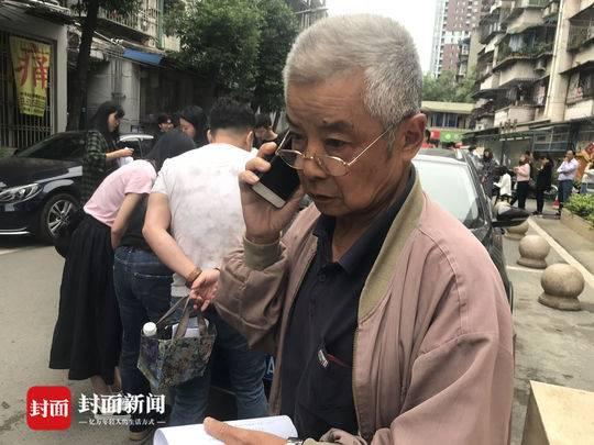 74岁老伯帮孙女排队领证:我不懂什么520 只要她开心就好