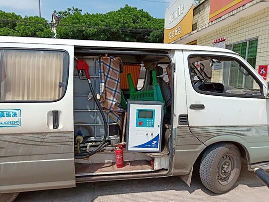 """移动的""""炸弹""""!岳池县公安查获流动非法卖油车"""