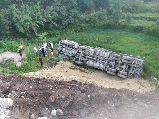 渣土車側翻七八米遠 自貢消防部門緊急施救